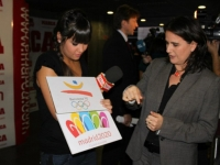 Reporter Cristina Pedroche asking Conchita's opinion about which logo she likes the best, Barcelona 92 or Madrid 2020.