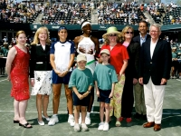 At the awards ceremony with Venus Williams and the leaders of the tournament. Charleston 2004