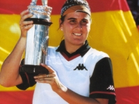 Conchita, happy with the tournament trophy in Berlin 2000